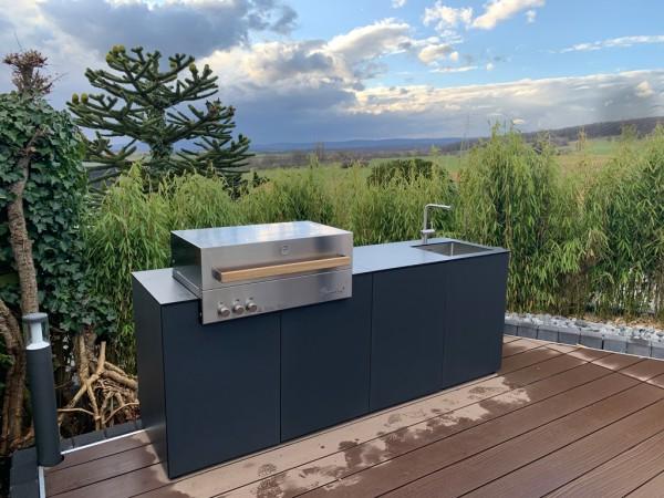 Outdoorküche KAARL 006 mit Flammkraft Block C, Spüle und CASO Außenkühlschrank